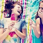 Аватар Две веселые девушки лежа едят мороженое на палочке
