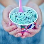 Аватар Девушка держит в руках мороженое