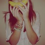 Аватар Девушка приложила ко рту банан