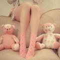 Аватар Девушка в розовых носочках сидит рядом с плюшевыми мишками