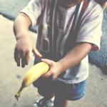 Аватар Девочка держит в руке банан