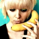 Аватар Девушка приложила банан к уху