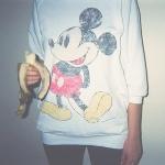 Аватар Девушка в кофте с Микки Маусом ест банан