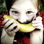 Аватар Девочка приложила ко рту банан