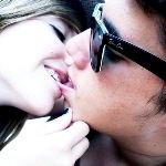 Аватар Девушка целуется с парнем в очках Ray-Ban