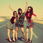Аватар Веселые девушки стоят на дороге