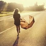 Аватар Девушка с зонтом идет по улице