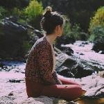 Аватар Девушка сидит у речки