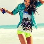 Аватар Веселая девушка с плеером у моря