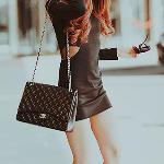 Аватар Девушка в черном платье с сумочкой от Chanel