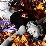 Аватар Девушка, раскинув руки, лежит на  осенней листве