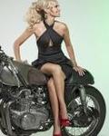 Аватар Блондинка в черном платье и красных туфлях сидит на мотоцикле
