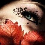 Аватар Девушка с гламурным макияжем закрывает лицо букетом из осенних листьев