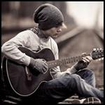 Аватар Парень сидит на железной дороге и играет на гитаре