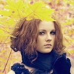 Аватар Девушка прикрыла голову желтыми осенними листьями