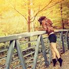Аватар Девушка стоит на мосту на цыпочках