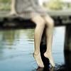 Аватар Девушка сидит свесив ноги к воде