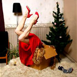 Аватар Из коробки торчат ноги девушки, которая пыталась нарядить елку