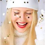 Аватар Девушка стоит под падающими звёздами