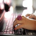 Аватар Девушка с кольцом на пальце за ноутбуком