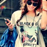 Аватар Девушка в солнечных очках и цветастой майке
