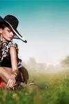 Аватар Гламурная девушка в черной шляпе сидит на траве