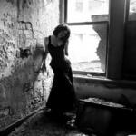 Аватар Девушка в заброшенном доме