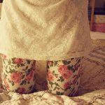 Аватар Девушка в колготках в цветочек стоит на коленях на кровати