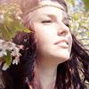 Аватар Девушка стоит среди яркой листвы и цветов