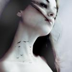 Аватар Девушка с нарисованными птичками на шее