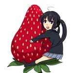 Аватар Накано Адзуса из аниме K-ON! обнимает клубнику