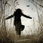 Аватар Одинокая девушка идет по полю, раскинув руки