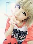 Аватар Милая азиаточка блондинка показывает два пальца