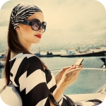 99px.ru аватар Девушка в солнечных очках, на пристани, держит в руках  зеркальце 4b184a85997