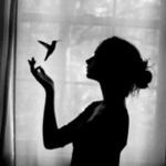 Аватар Девушка с птицей у окна