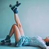 Аватар Лежащая девушка в роликах подняла одну ногу