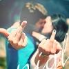 Аватар Парень с девушкой целуются, при этом они показывают жест *фак*