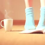 Аватар Ножки девушки в голубых носочках, рядом стит чашка горячего напитка и лежит книга