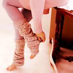 Аватар Девушка натягивает гетры на ноги