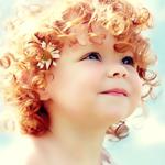 Аватар Кучерявая рыжеволосая девочка с ромашкой в волосах