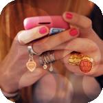 Аватар Девушка, с накрашенными розовым лаком ногтями, с красивыми перстнями и кольцами на пальцах, с розовым телефоном в руках