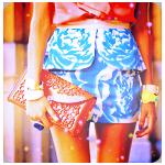 Аватар Девушка в необычной юбке держит сумочку в руке