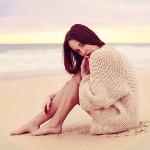 Аватар Девушка сидит на пляже