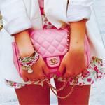 Аватар Девушка держит розовую сумочку-клач от Шанель / Chanel на цепочке