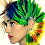 Аватар Черноволосая Кира Найтли / Keira Knightley в шапке из разноцветных перьев птицы