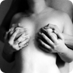 Фото держит женщину за сиськи фото 280-822