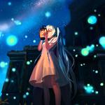 Аватар Vocaloid Hatsune Miku / Вокалоид Хатсуне Мику ночью с фонариком в руках стоит в окружении голубых и зелёных огоньков