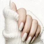 Аватар Рука девушки с маникюром в белом свитере