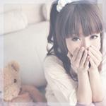 Аватар Девушка азиатской внешности сидит на диване рядом с плюшевым медвеженком и прикрывает лицо руками