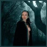 Аватар Черноволосая обнаженная женщина - гот с татуировкой на груди, прикрывшись плащом стоит в темном лесу